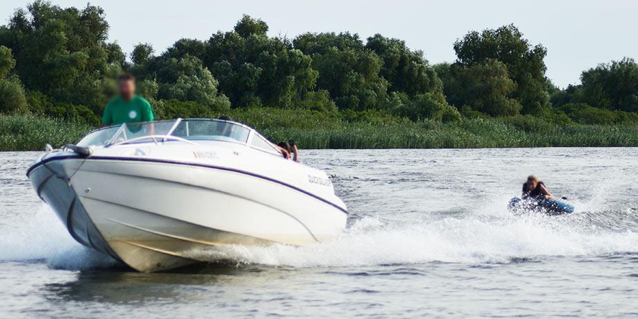 Cu colacul tras de barca in delta